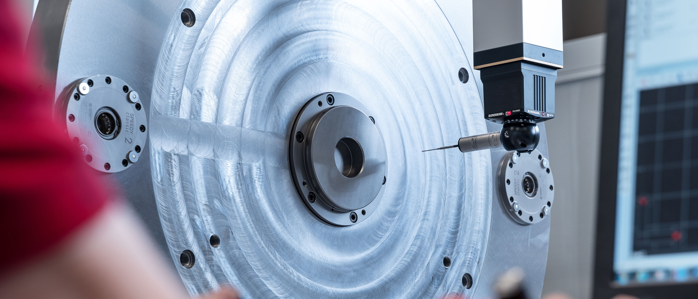 Quality checks are carried out in an air-conditioned measuring room. Customised fast-clamping plate with a diameter of 1.1 m for grinding applications in the aviation sector